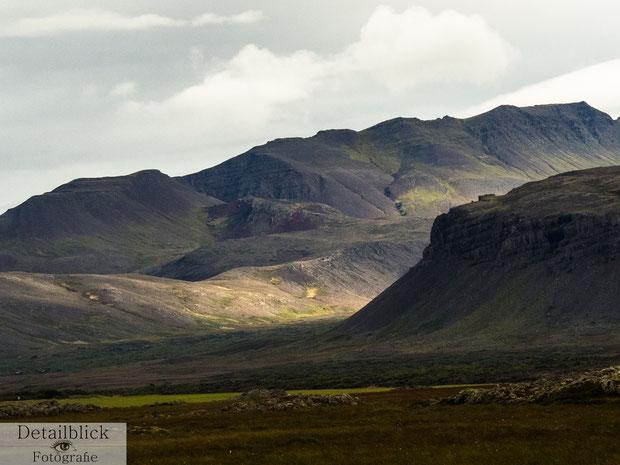 Berge die mit Sonnenschein erfüllt sind