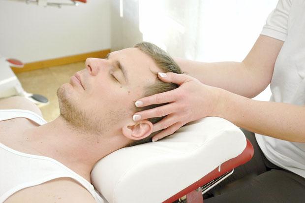 Ein Patient wird mit Craniosacraler Therapie behandelt.