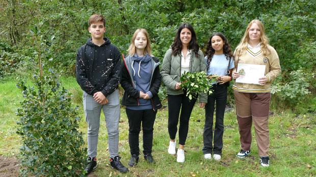 Unter Leitung ihrer Lehrerin Verean Hahn (Mitte) hatten Leonhard Köpper, Leonie Sorgenfrei, Sara Zriouil und Janine Schemmel Informationen über den Ilex recherchiert, die sie den Besuchern vortrugen.