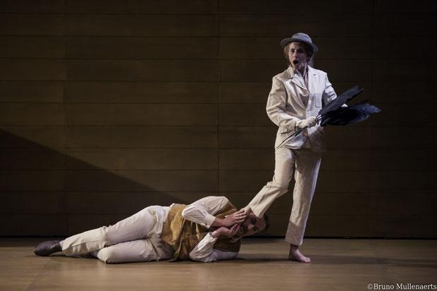 Photos de deux acteurs de la pièce sur scène