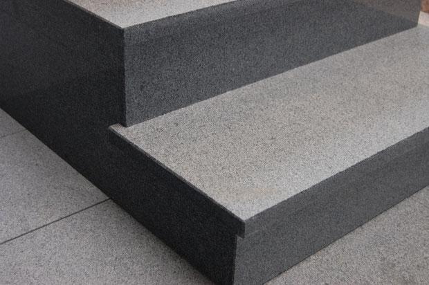"""Détails d'escalier en granit  """"Kobra"""" : marche en surface flammée et nez et contre-marche en finition polie"""