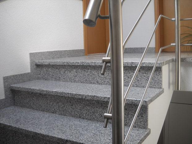 Fin de l'escalier en granit avec rampe en inox brossé