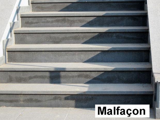 Photo II : autre aperçu de malfaçon, problème de drainage derrière un revêtement d'escaliers en pierre naturelle