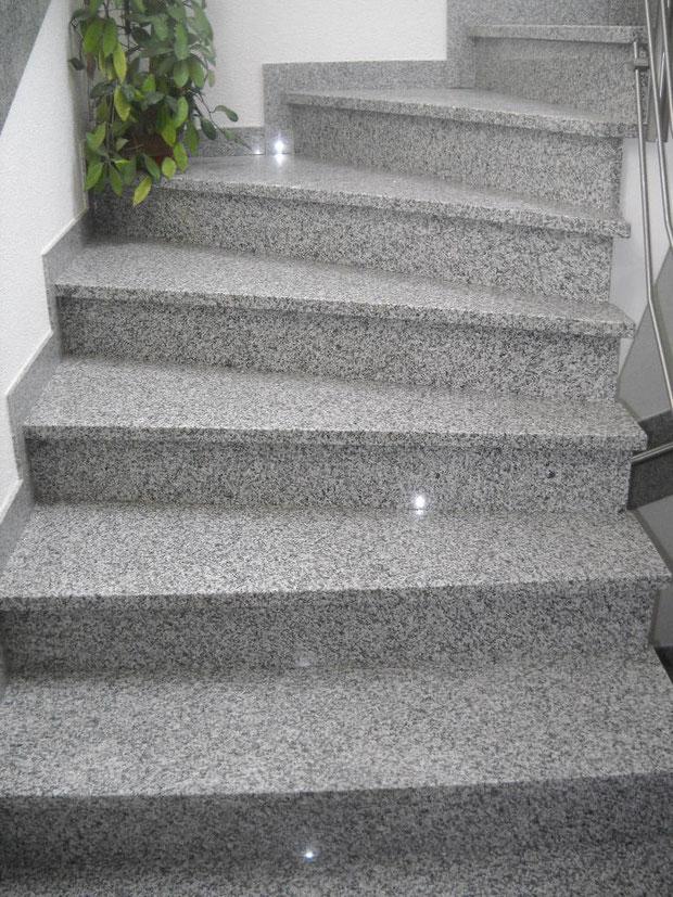 Départ de l'escalier en granit avec vue du balancement