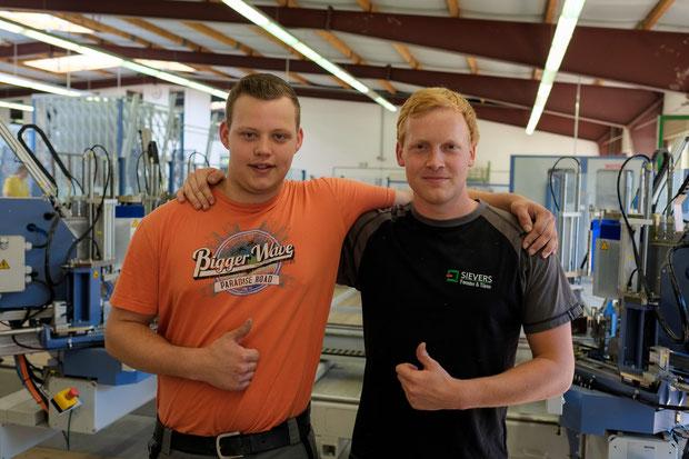 """Stolz wie Oskar sind unsere beiden """"neuen"""" Facharbeiter, Michel Bultmann und Lukas Cordes, nach bestandener Abschlussprüfung."""