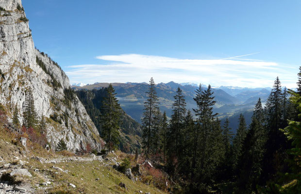 Auf dem Weg zum Walopsee oberhalb der xerothermen Felshalde