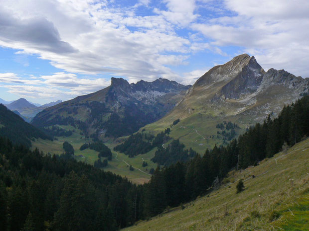 Blick auf Gros Mont (im Talboden) und das Vallée des Morteys (Taleinschnitt in der Bildmitte nach rechts führend) mit Dent de Brenleire (rechts)