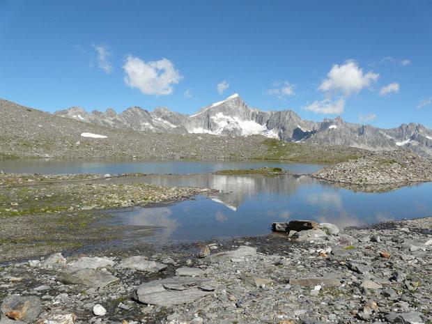 Bergsee auf 2649 m Höhe auf dem Weg zum Stotzigen Firsten mit Galenstock im Hintergrund