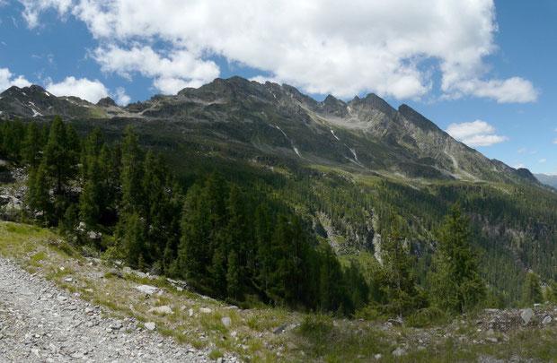 Alp di Rossiglion (im Hintergrund an der Bergflanke)