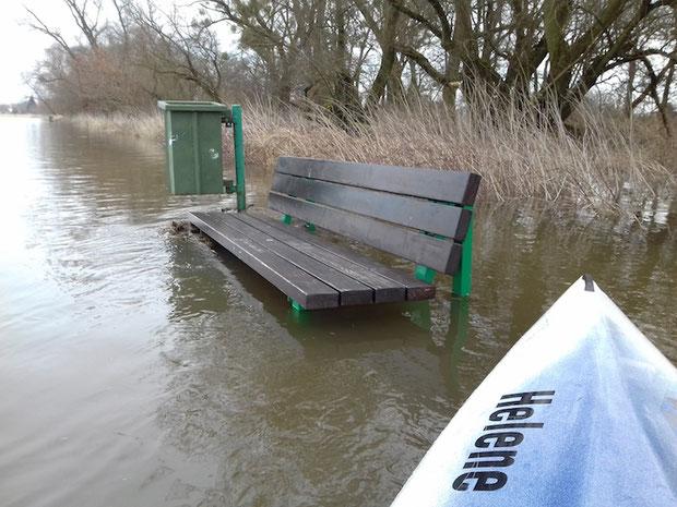Steigt die Elbe auf vier Meter / wird die Bank zum Bootsanleger / Fällt der Pegel dann auf drei / gibt der Fluss sie wieder frei.