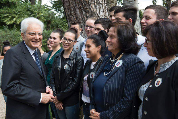 Il Presidente Mattarella si intrattiene amabilmente nei giardini del Quirinale con i nostri ragazzi, la nostra Preside e la prof. Proietti