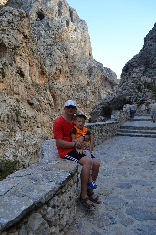 Муж с сыном среди каменных пейзажей Курталиотского ущелья близ Ретимно