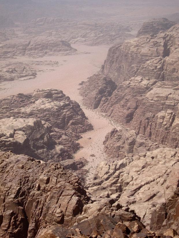 Blick von Jordaniens höchstem Gipfel Um Ad Dami auf Saudi Arabien