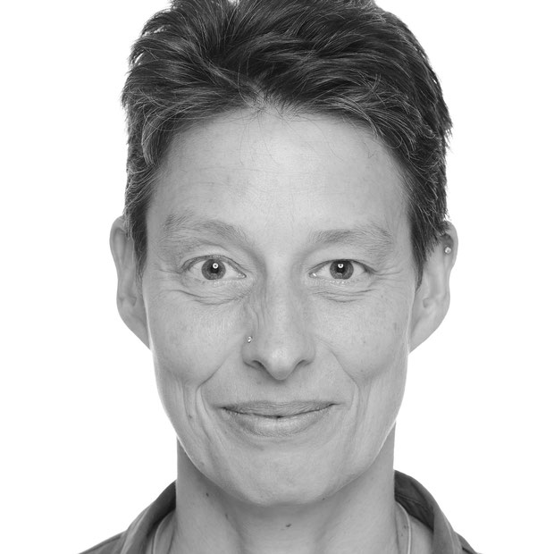 Foto von Therese Walther, Frau mit kurzen Haaren schaut einen lächelnd an