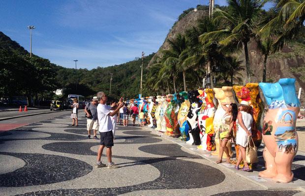 Die Ausstellung Buddy Bears an der Copacabana als Symbol für die Nationen, die sich in Brasilien trafen