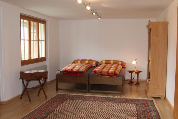Abbildung 6: Grosses Wohnzimmer mit zwei zusätzlichen Betten, Schreibtisch und separatem WC/ Dusche im Erdgeschoss