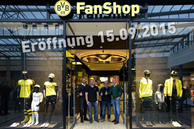 Foto DA   (v. l. n. r.) Matthias Zerber (Geschäftsführer BVB Merchandising GmbH), Alexander Hugo (Pre-Opening-Manager PUMA), Johann Wüst (Filialleiter BVB-Fanshop CentrO), Ulrich Drahtler (Architekt), Carsten Cramer (Direktor Marketing Borussia Dortmund)