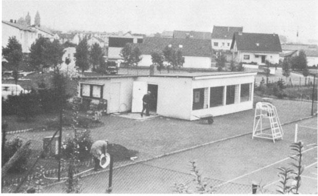"""Das alte Clubhaus im Hainbachtal. Im Eingang zur Tür: """"Opa"""" Meier (+), langjähriger Platzwart"""