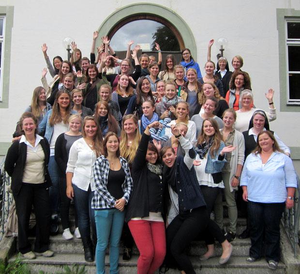 Beide Kurse der Fachakademie am Schulgemeinschaftstag in Benediktbeuern am 18.09.2015 samt einigen Lehrkräften