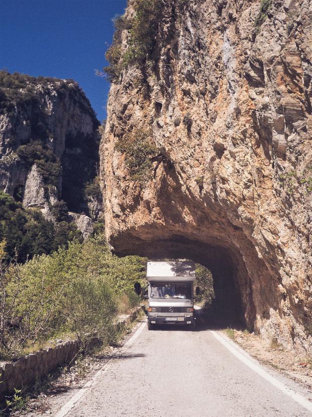 grece montagne roche camion mercedes