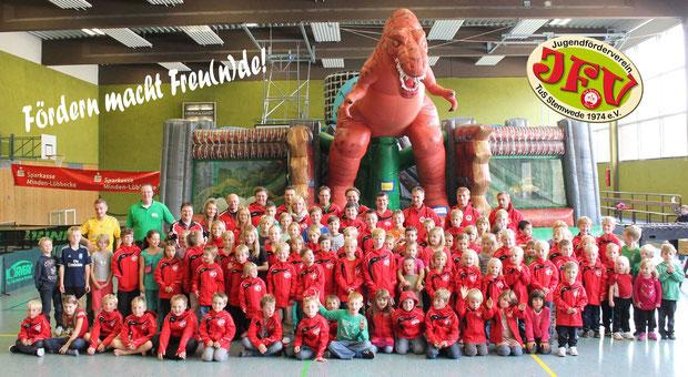Auf dem Foto sind 86 Kinder 13 Vereinsmitglieder und ein Dino zu sehen!