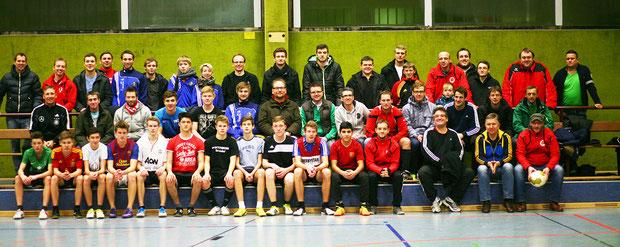 Abschlussfoto nach getaner Arbeit. Die Trainer und Betreuer des    TuS Stemwede zusammen mit Claus Schäfer vom DFB.