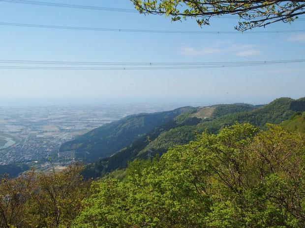 途中では獅子吼高原と日本海が望める。ハングライダーも何台か見えています。