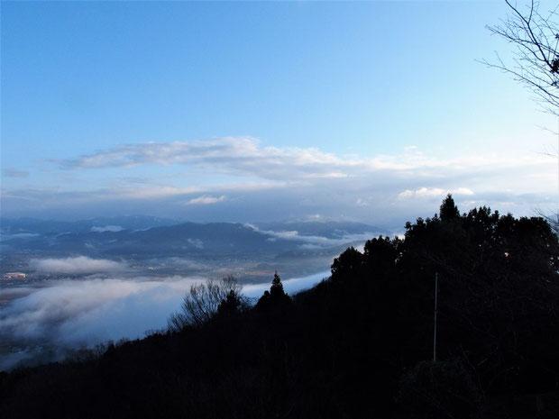 山頂から白山を望む    このあと晴れるのを期待して下山
