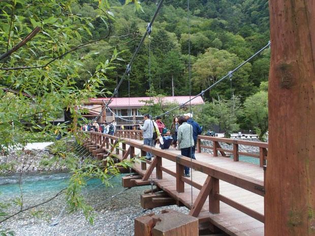 徳沢からのんびりと・・・明神池をぶらぶらするなどハイキングコース気分でカッパ橋に戻った。