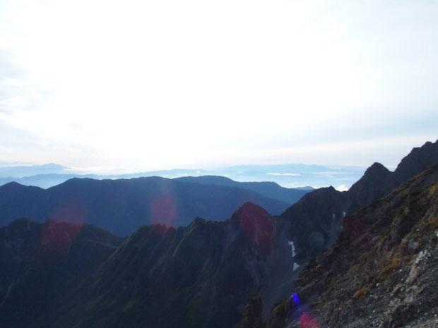 早朝の風景:ず~っと先には八ヶ岳もかすかに望めました。このあと下山を開始した。