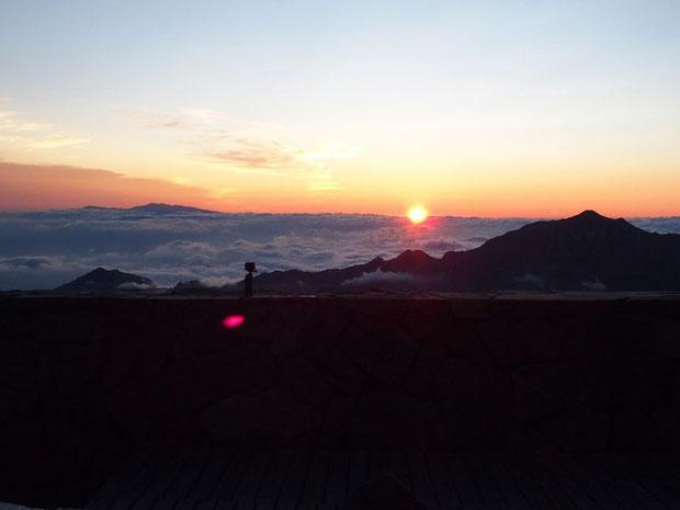 落日は、笠ヶ岳と雲海から頭を出す白山の間でした。皆さん歓声を上げてお祈りです。