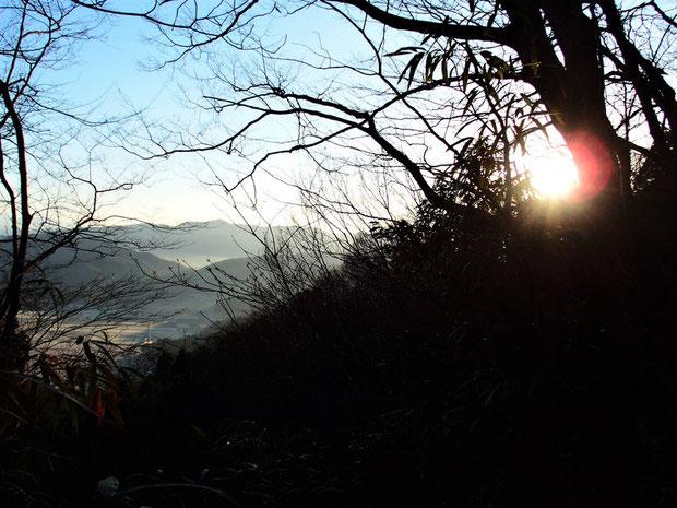 日の出を拝めるのは七曲がりを少し登ったところから。すでにお天道さんは登り切っていました。           下山してくるTさんは山頂で素晴らしい日の出を迎えたと。もう30分は早出しないといけませんね。