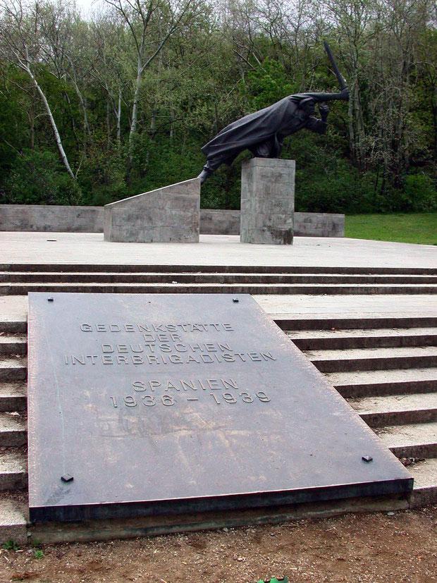 Erneuterte Gedenktafel und Skulptur Fritz Cremers, Foto: FHXB Museum