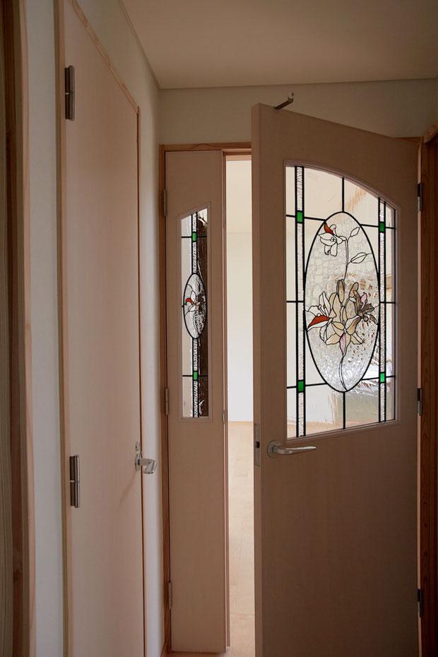 ステンドグラス  花のデザイン ユリの花