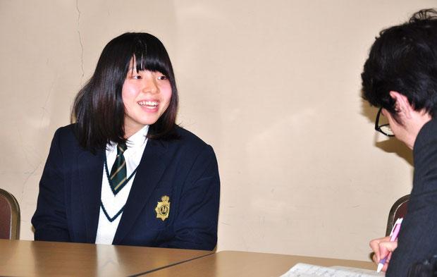 グランプリ受賞作品について笑顔で語る林空樺さん(綾部高校2年)