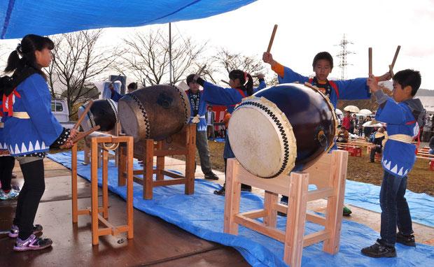 西部地区子ども太鼓の演奏