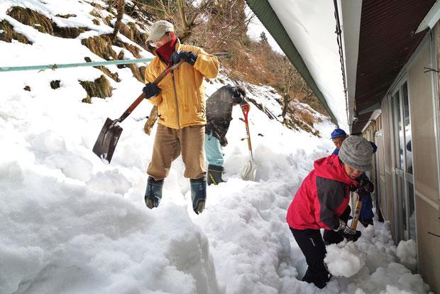 家屋裏に溜まった雪は2m以上!