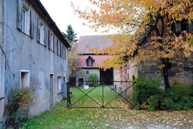 Das Anwesen Schmiedstraße 7: Symbolbild für leer stehende Altimmobilien in Ortskernen und für eine verpasste Entwicklungschance im Rahmen des staatlichen Dorferneuerungsverfahrens