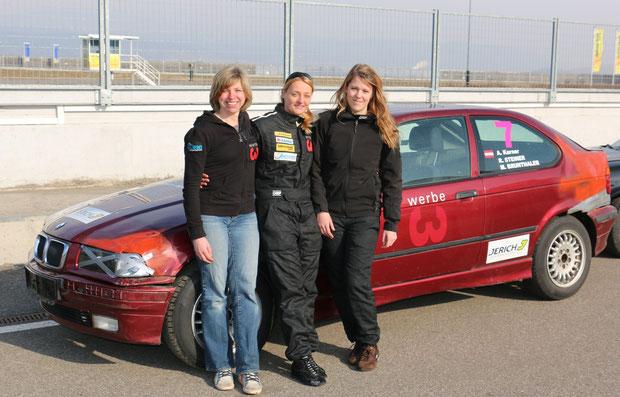 """vo li nach re: Anita Karner, Regina Steiner, Marlies Brunthaler. BMW 318ti Compact (alias """"Gonzo"""")"""