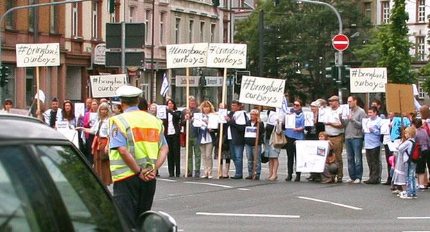 Wie hier in Frankfurt am Main legten weltweit Flashmop-Aktivisten Verkehrsknotenpunkte für Minuten lahm, um die Öffentlichkeit auf die Entführung von drei israelischen Jugendlichen aufmerksam zu machen.