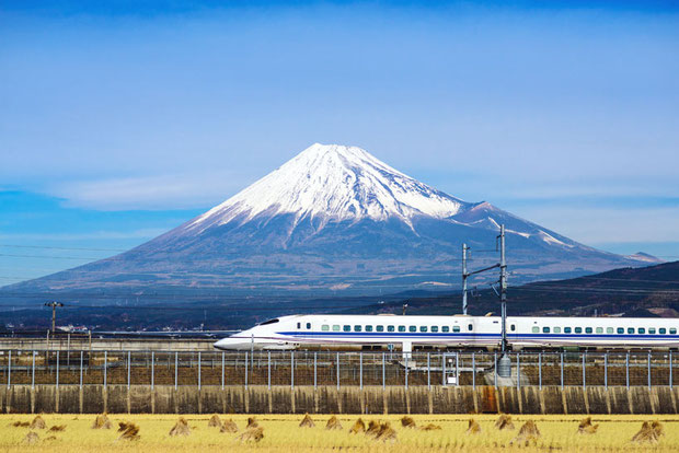 Japan Rail Pass: Is it worth it? | You have only 1 week in Japan? Why not exploring the country with a rail pass? Here is a complete guide to train travel in Japan and how to get the most out of it | via @Just1WayTicket | Photo © Depositphotos / sepavone
