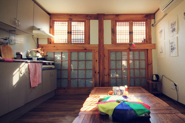 Cozy kitchen at Yoo's Family Guesthouse in Seoul, South Korea © Sabrina Iovino | JustOneWayTicket.com