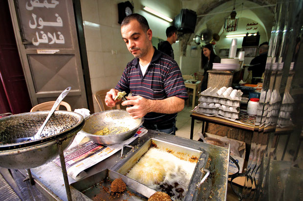 Lunch time in the Old City of Nablus. © Sabrina Iovino | JustOneWayTicket.com