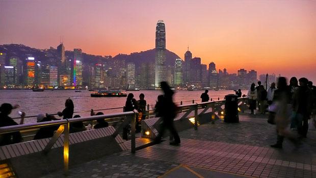 Sunset from Kowloon, looking at Hong Kong Island © Sabrina Iovino   JustOneWayTicket.com
