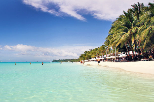 Beautiful White Beach in Boracay, Philippines © Sabrina Iovino | JustOneWayTicket.com