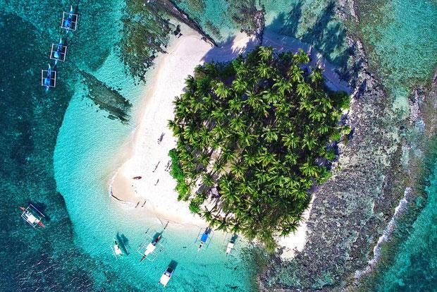 Taking selfies with fellow bloggers in Guyam Island, Siargao, Philippines © Sabrina Iovino | JustOneWayTicket.com