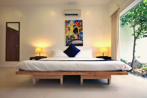 California King Bed - Extralarge - Atmosphere Resort, Dauin, Philippines © Sabrina Iovino | JustOneWayTicket.com