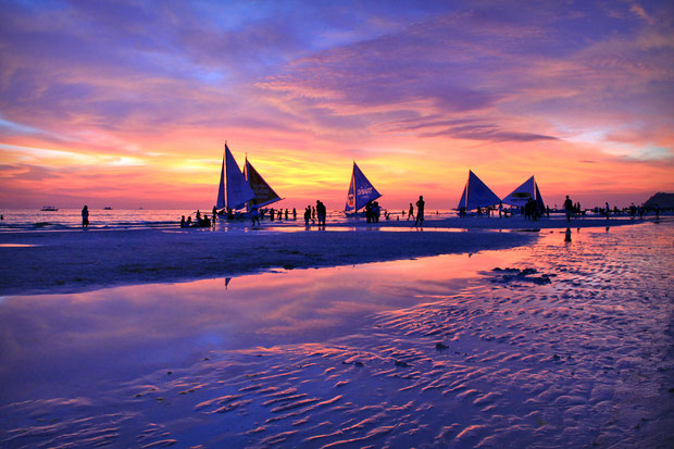Sunset at White Beach, Boracay © Sabrina Iovino | JustOneWayTicket.com