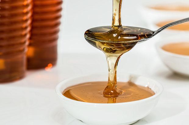 Honig, goldfarbener Honig tropft vom Löffel, honigfarben, was ist honig?, Bienenzuchtverein, Bienen, Merkstein, Heinsberg-Merkstein, Imker, Verein, Honig