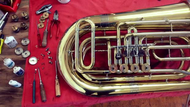Erlernen Sie im Musikhaus Schmid in einem individuellen Reparaturseminar, die notwendigen Handgriffe um zukünftig Ihr Instrument selbst reparieren zu können